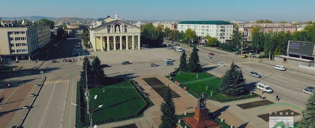 Нижний Тагил - памятник Черепановым и скульптуры драмтеатра,  - Фото с квадрокоптера