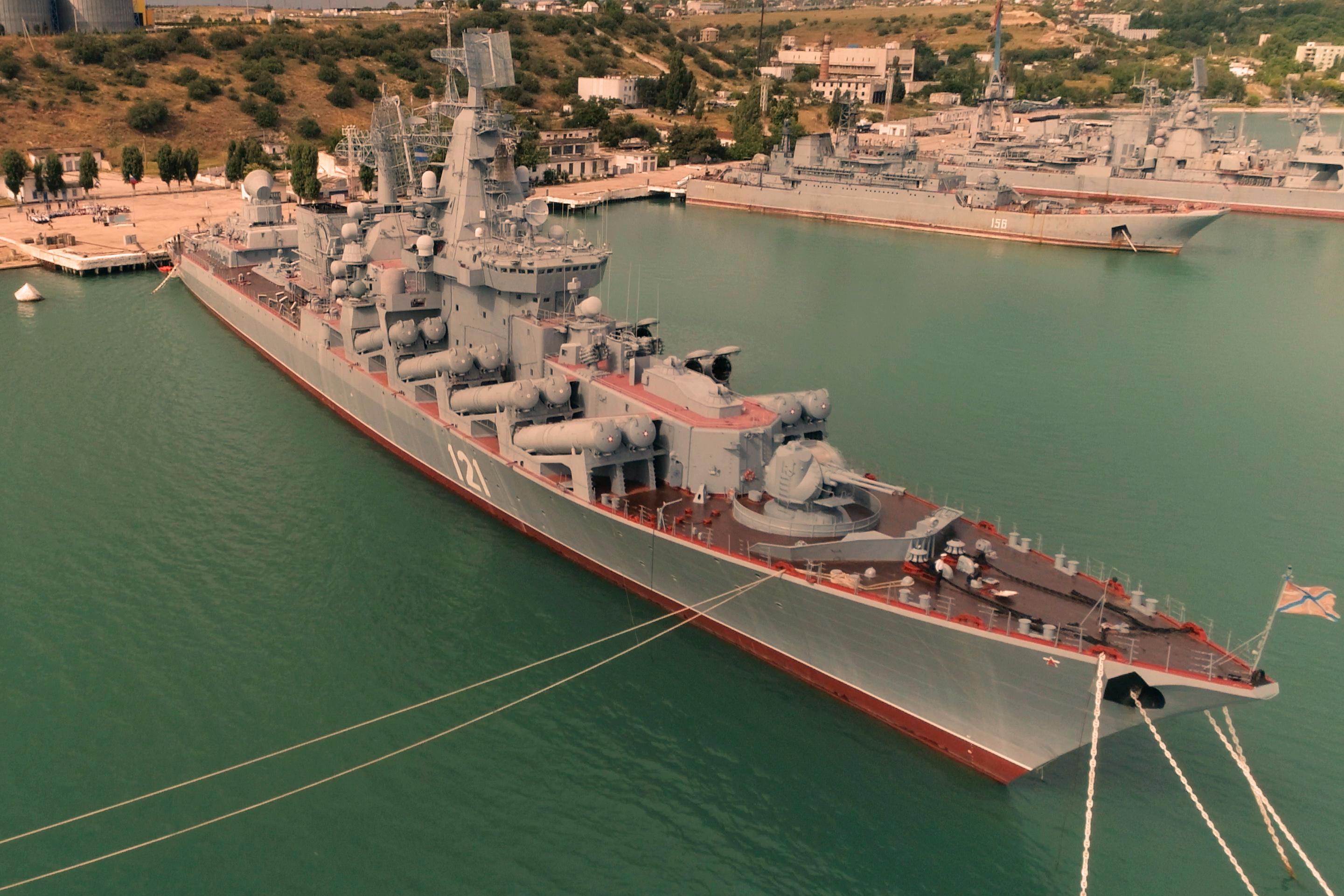 картинка крейсер сверху в порту потрясающим видом море